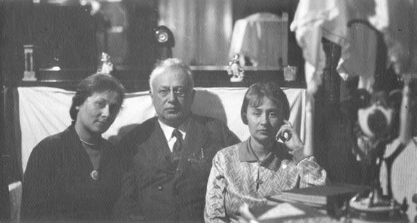 8a02a7319a40 Соломон Маркович с дочерьми. Слева Лена, справа Валя