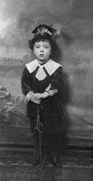 Девушка в повозке в желтых трусиках — photo 3